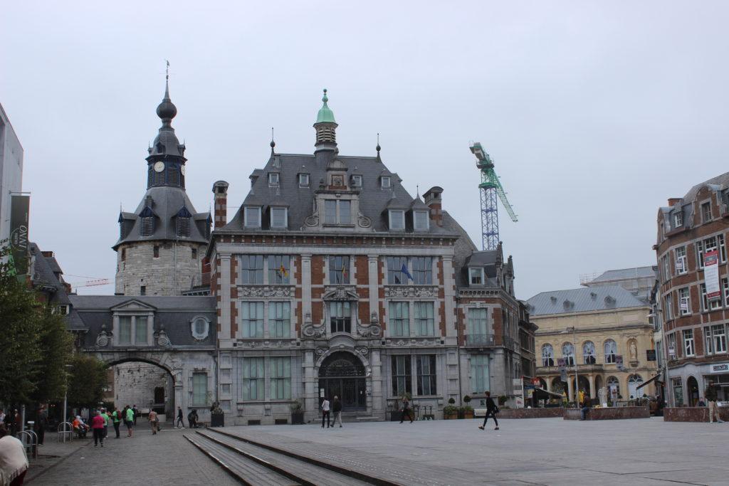 Links der Belfried, in der Mitte die Börse und rechts dahinter erkennt man das Theater