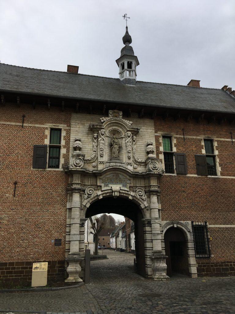 Der Beginenhof in Diest hat ein besonders schönes Portal.