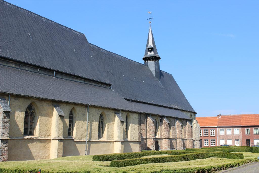 Die Kirche spielte eine große Rolle in der Gemeinschaft der Beginen. Oft stand sie, wie hier in Sint-Truiden sehr zentral im Beginenhof.