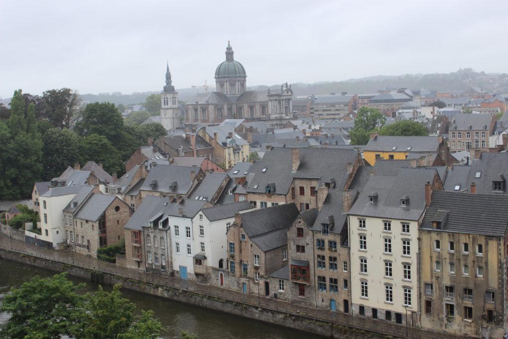 Im Vordergrund sieht man die Sambre, am Ufer das Viertel der Brauer (brasseurs). Im Hintergrund ist gut zu erkennen, dass der Glockenturm der Kathedrale frei steht.