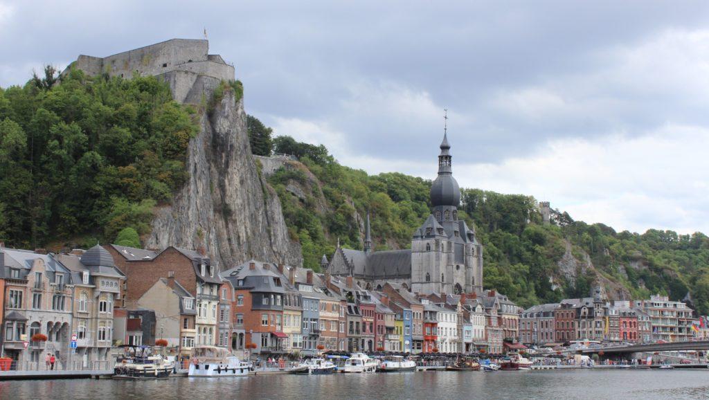 Hoch oben über Dinant thront die Zitadelle auf einem Felsvorsprung.