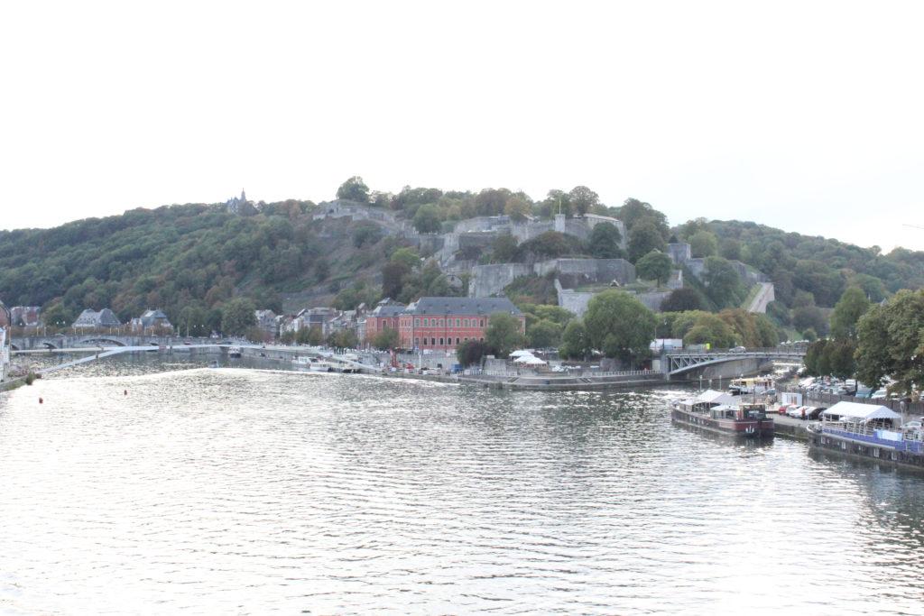 Die Zitadelle von Namur erhebt sich auf einem Berg an der Mündung der Sambre in die Maas.