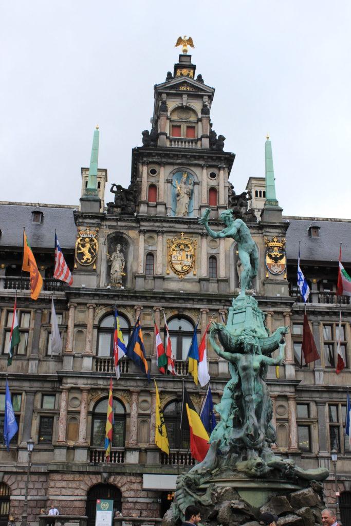 Der mittlere Teil der Fassade des Antwerpener Rathauses zählt zu den unauffälligen Belfrieden