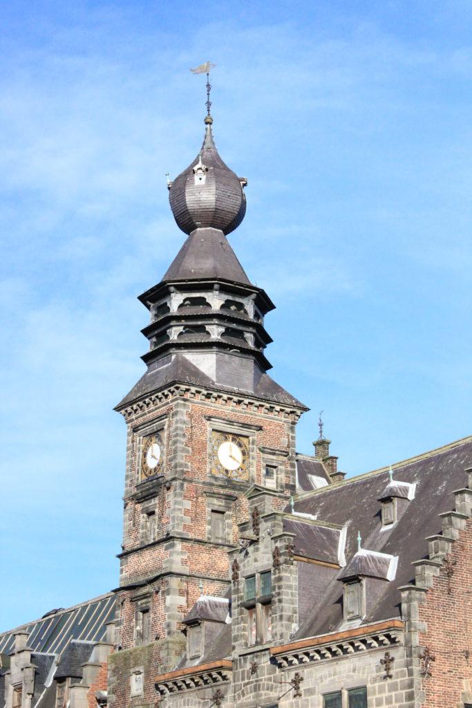 Der reichverzierte Turm des Rathauses von Binche