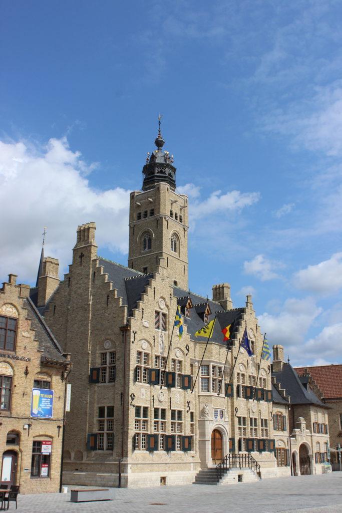 Glockenturm am Rathaus von Diksmuiden