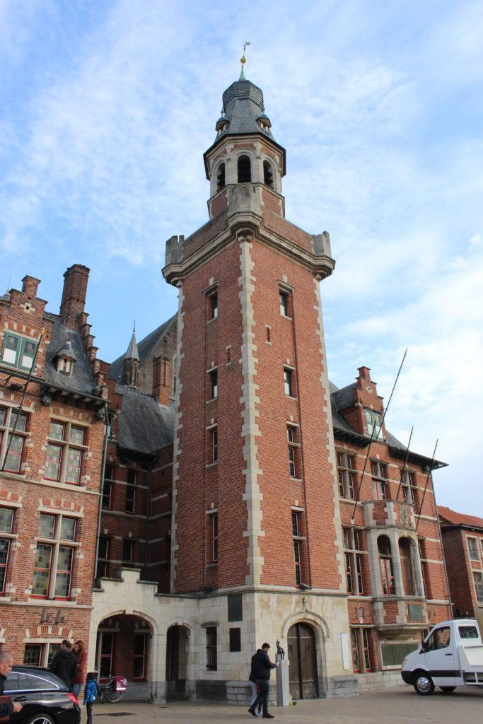 In Eeklo wurde der Belfried erst 1932 an dem Rathaus hinzugefügt