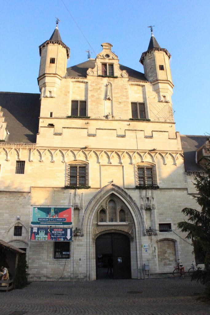 Nie vollendeter Belfried der Tuchhalle in Mechelen