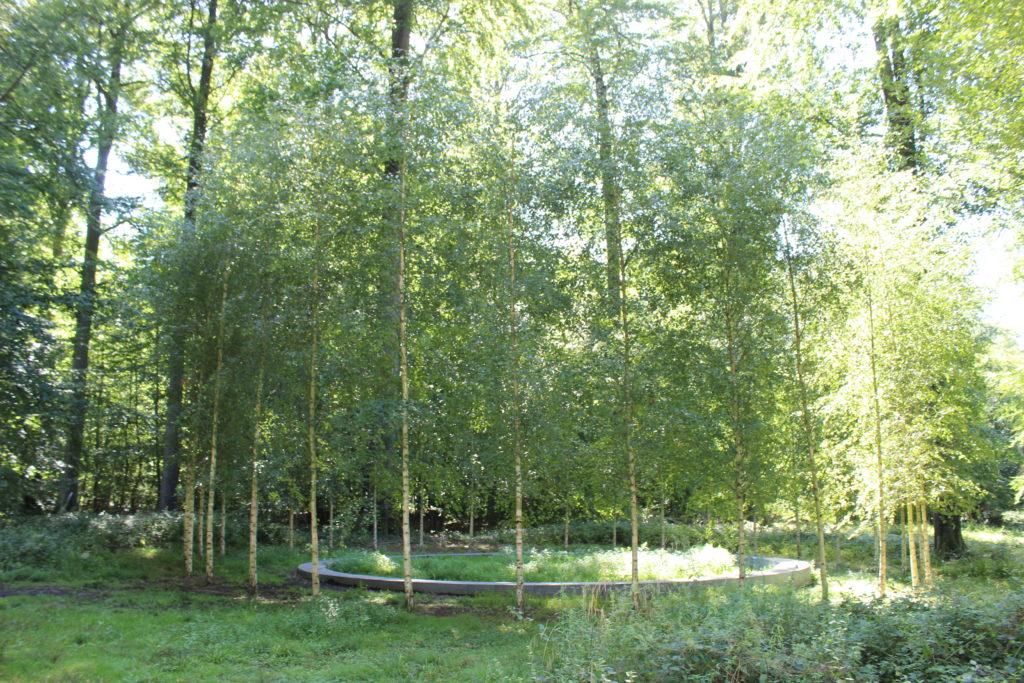 Gedenkstätte im Wald