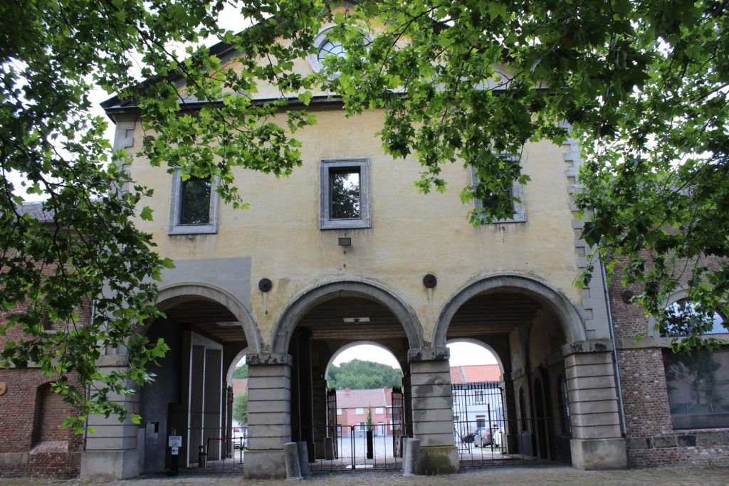 Die Eingangspforte erinnert eher an einen römischen Palast als an ein Bergwerk. Der neoklassizistische Architekturstil zieht sich durch den ganzen Gebäudekomplex.